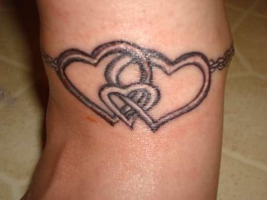tatuajes-de-brazaletes-para-mujeres-corazones-entrelazados