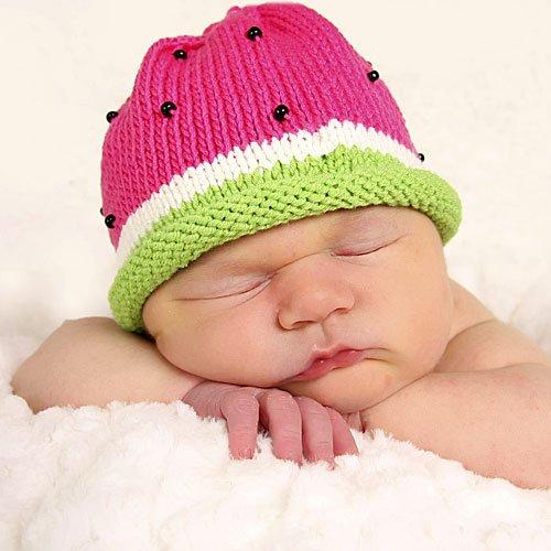 bebe675-4-un-bebe-durmiendo-con-su-gorrito-de-sandia