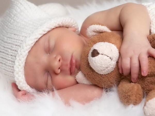 bebe-durmiendo-con-osito