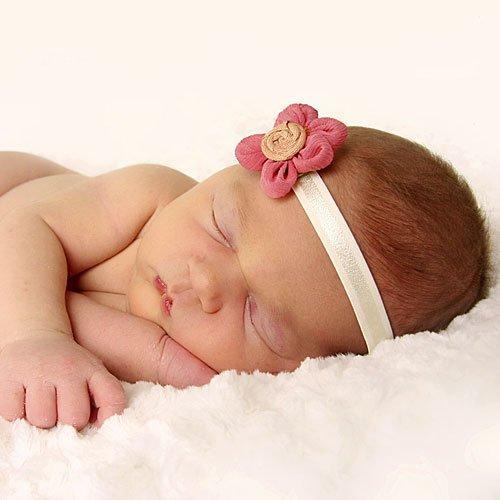 bebe679-4-una-bebe-durmiendo-con-su-diadema
